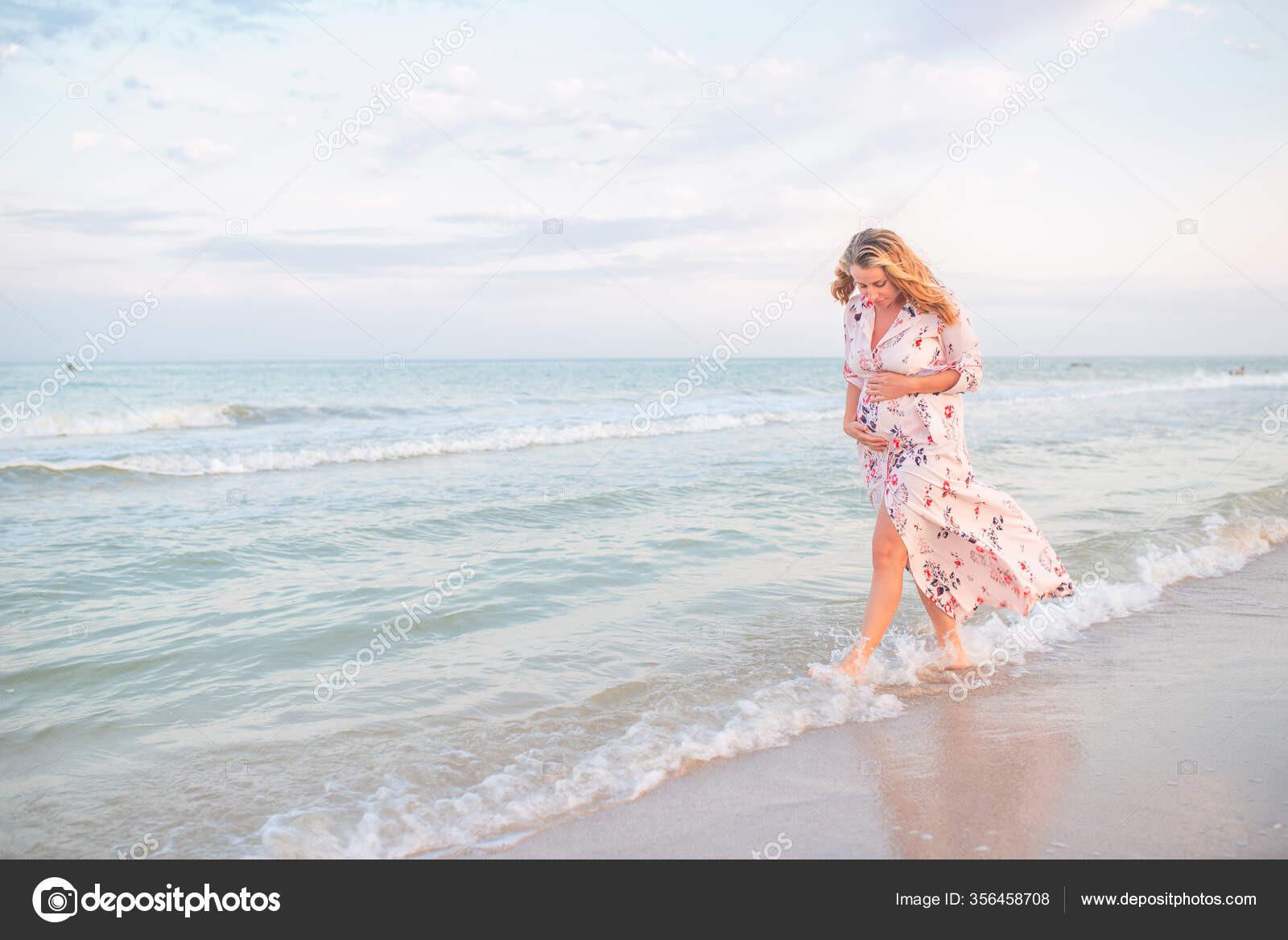Красивая Счастливая Молодая Беременная Женщина Летнем  Фото Беременная И Подарок