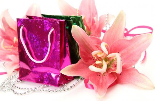 Розовая Лилия И Подарок — Стоковое Фото © Elena777 #9783760  Фото Беременная И Подарок